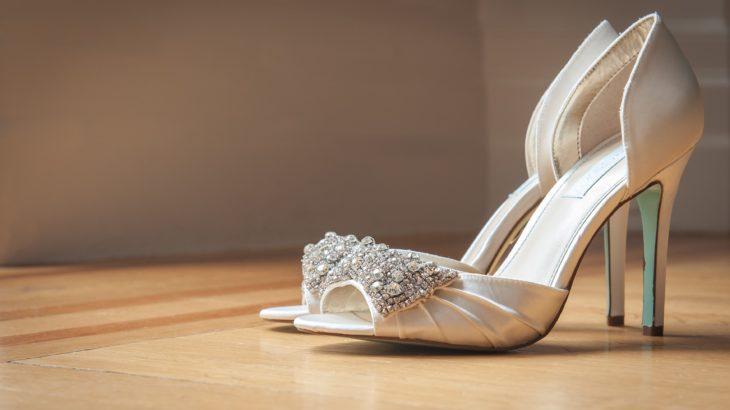 オープントゥパンプスは結婚式やフォーマルで履いてもいいの?