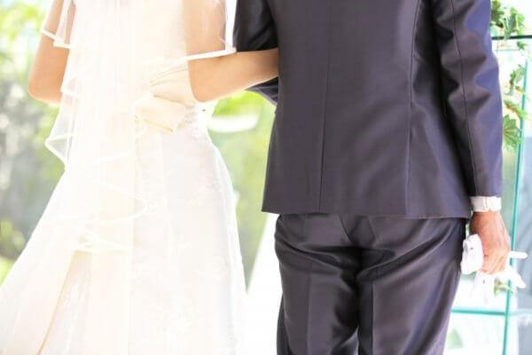 オンライン結婚式に出席する際の服装はどうすればいい